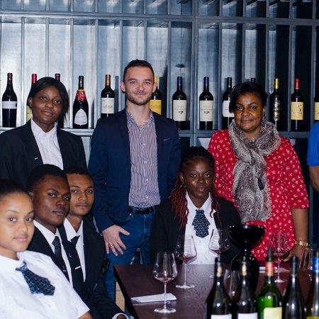 Les étudiants de Vatel Kinshasa en  1ere année du Bachelor Vatel s'initient à la culture du vin français durant un atelier organisé par La Clef des Châteaux.