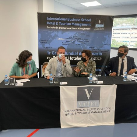 El ministro de Turismo destaca que el servicio de calidad  y la seguridad son fundamentales para la recuperación del sector  y que la formación de Vatel es clave para conseguirla